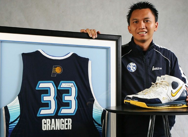 commissioner-dbl-azrul-ananda-poses-with-nba-all-star-danny-grangers-jersey-and-shoes-with-grangers-signature